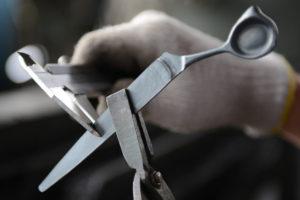 プロ用理美容はさみ国内生産本数No.1を誇る新潟県燕市のシゲル工業の約100の工程に及ぶ製造現場