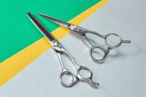 プロ用理美容はさみ国内生産本数No.1の家庭用髪はさみシゲルより前髪等のポイントカットから全体カットまで、あると便利な理美容はさみの2丁セットSG-303SET