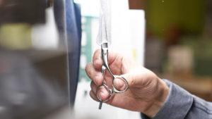 プロ用理美容はさみ国内生産本数No.1を誇る新潟県燕市のシゲル工業のカットはさみは、30人前後の職人により、金型から穴加工、刃付け、焼き入れ、磨き上げなど、90〜100の工程を経て完成させます。